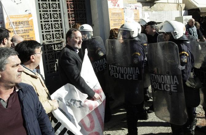 Τα ΜΑΤ ενάντια στην ειρηνική διαμαρτυρία της ΛΑ.Ε στον εορτασμό των Θεοφανείων, στον Πειραιά