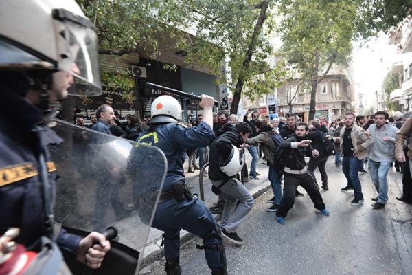 Άγριο ξύλο, συλλήψεις και τραυματισμοί σε συγκέντρωση της ΛΑΕ έξω από Συμβολαιογραφείο