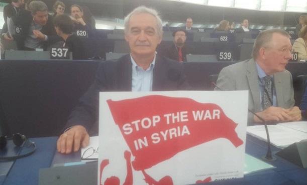 Με πλακάτ κατά του πολέμου στη Συρία υποδέχτηκαν τον Γάλλο Πρόεδρο, Μακρόν, οι ευρωβουλευτές της Αριστεράς