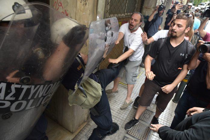 Ξύλο και τραυματισμοί σε συγκέντρωση της ΛΑΕ και του Κινήματος κατά των Πλειστηριασμών έξω από συμβολαιογραφείο.
