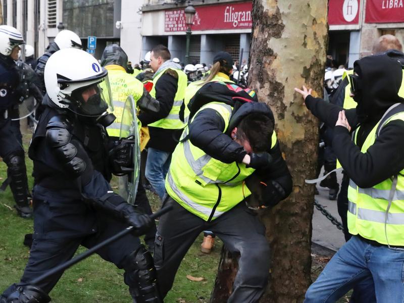 Δήλωση Παν. Λαφαζάνη για την αστυνομική βία κατά των «κίτρινων γιλέκων» στη Γαλλία.