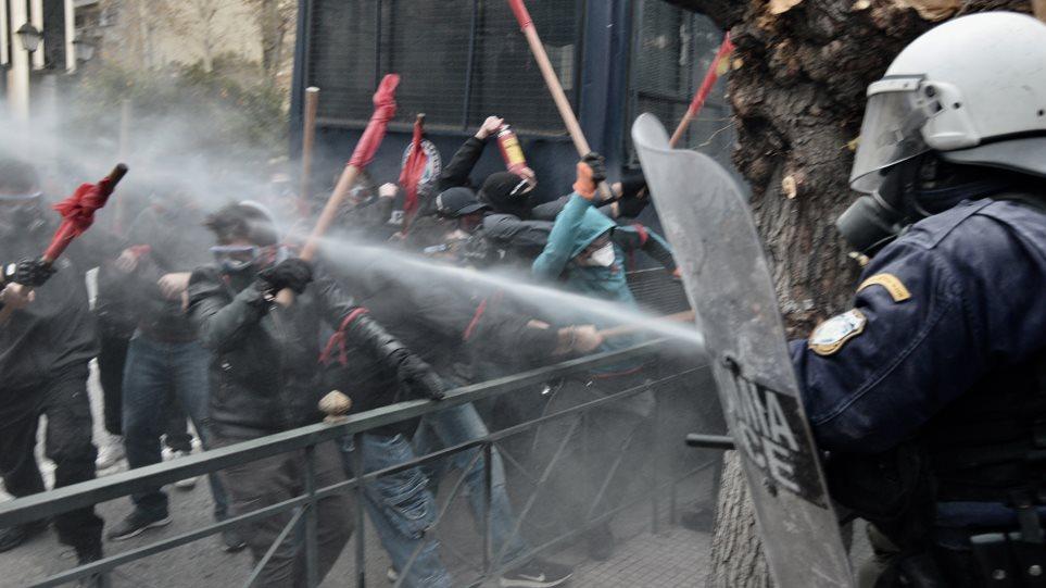 Το όργιο καταστολής εναντίον των κινητοποιήσεων συνεχίζεται, έπνιξαν στα χημικά και σήμερα την μεγάλη συγκέντρωση των εκπαιδευτικών