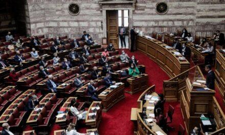 Συζήτηση στη Βουλή για τις πυρκαγιές : Κοκκορομαχίες, αλαζονεία και ψεύτικα μεγάλα λόγια
